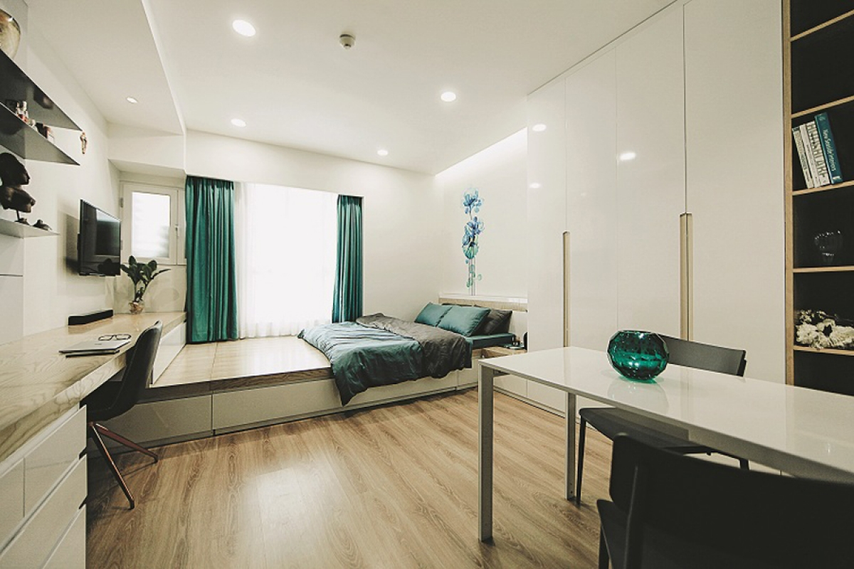 Với diện tích khiêm tốn nên tất cả các chức năng được thiết kế gói gọn trong một không gian lớn. Trừ phòng vệ sinh riêng biệt, còn lại trong không gian lớn không có vách ngăn. Để tiết kiệm diện tích, giường ngủ được bố trí giáp cửa sổ để có một diện tích đa năng ở giữa nhà, cũng là góp phần tạo nên sự thoáng đãng.