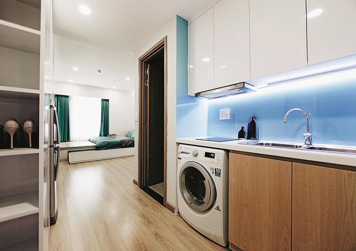 Khu bếp nấu nằm kế bên phòng vệ sinh ở lối vào, tuy rất nhỏ nhưng vẫn đủ các chức năng cần thiết. Máy giặt được bố trí ở tủ bếp dưới.