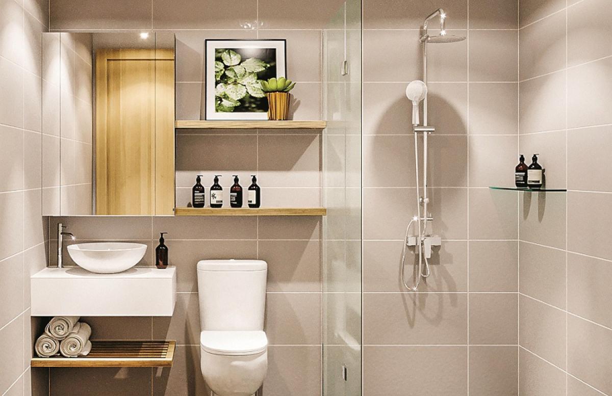 """Phòng vệ sinh nhỏ nhưng vẫn """"đẹp như mơ"""", đầy đủ tiện nghi; màu sắc được thiết kế trang nhã. Nhiều kệ giá được sắp đặt khéo léo để đựng đồ và trang trí."""