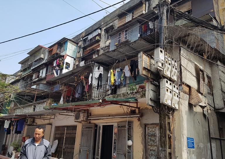 Trên địa bàn TP Hà Nội hiện đang có hơn 1.500 khu chung cư cũ xuống cấp, ảnh hưởng đến cuộc sống người dân