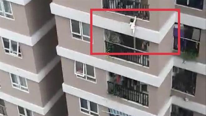 Hình ảnh cháu bé trèo qua lan can nhà chung cư rơi ngã, may mắn có thanh niên cứu giúp