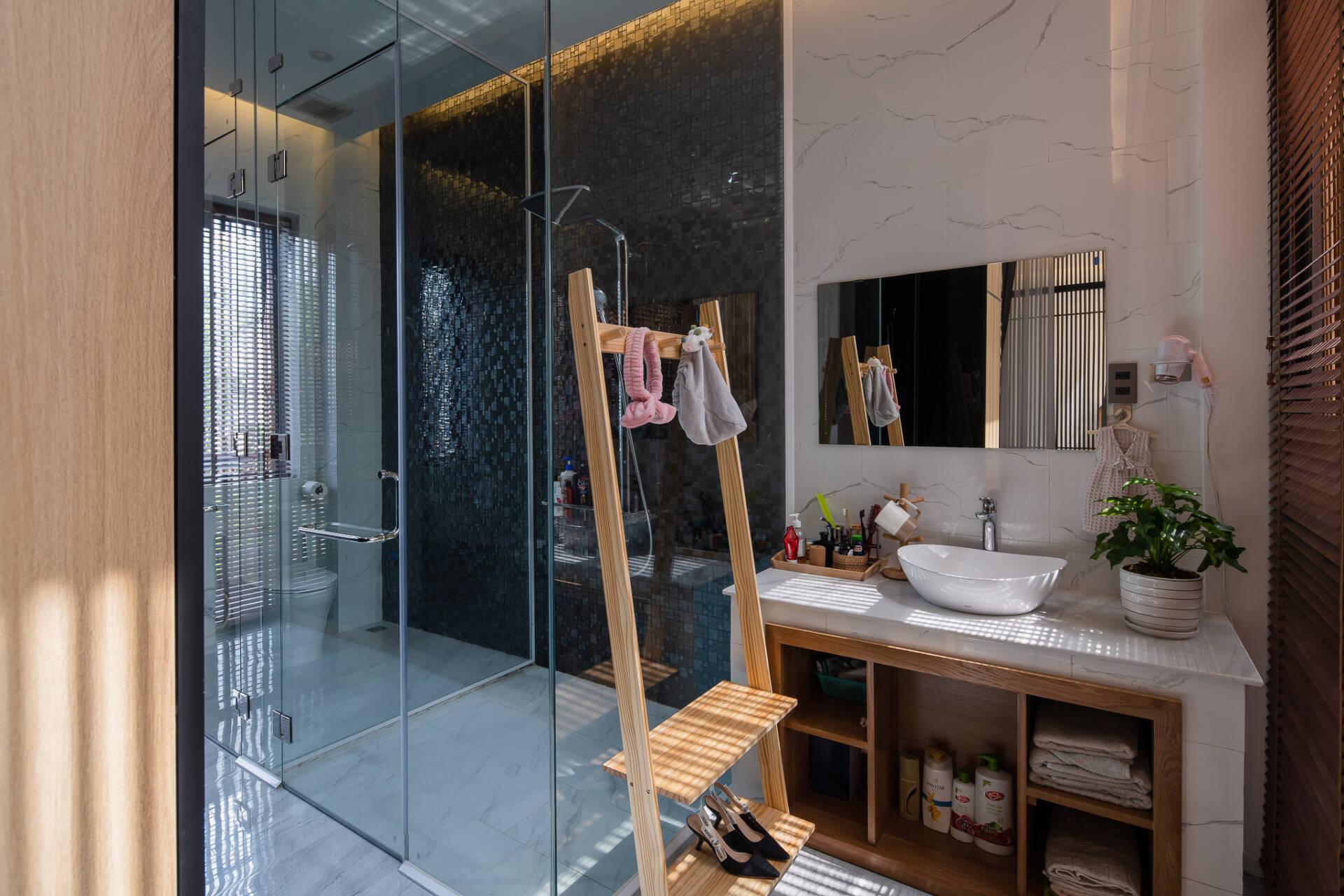 Phòng vệ sinh phân chia khu khô - ướt riêng biệt nên rất sạch sẽ, khô ráo