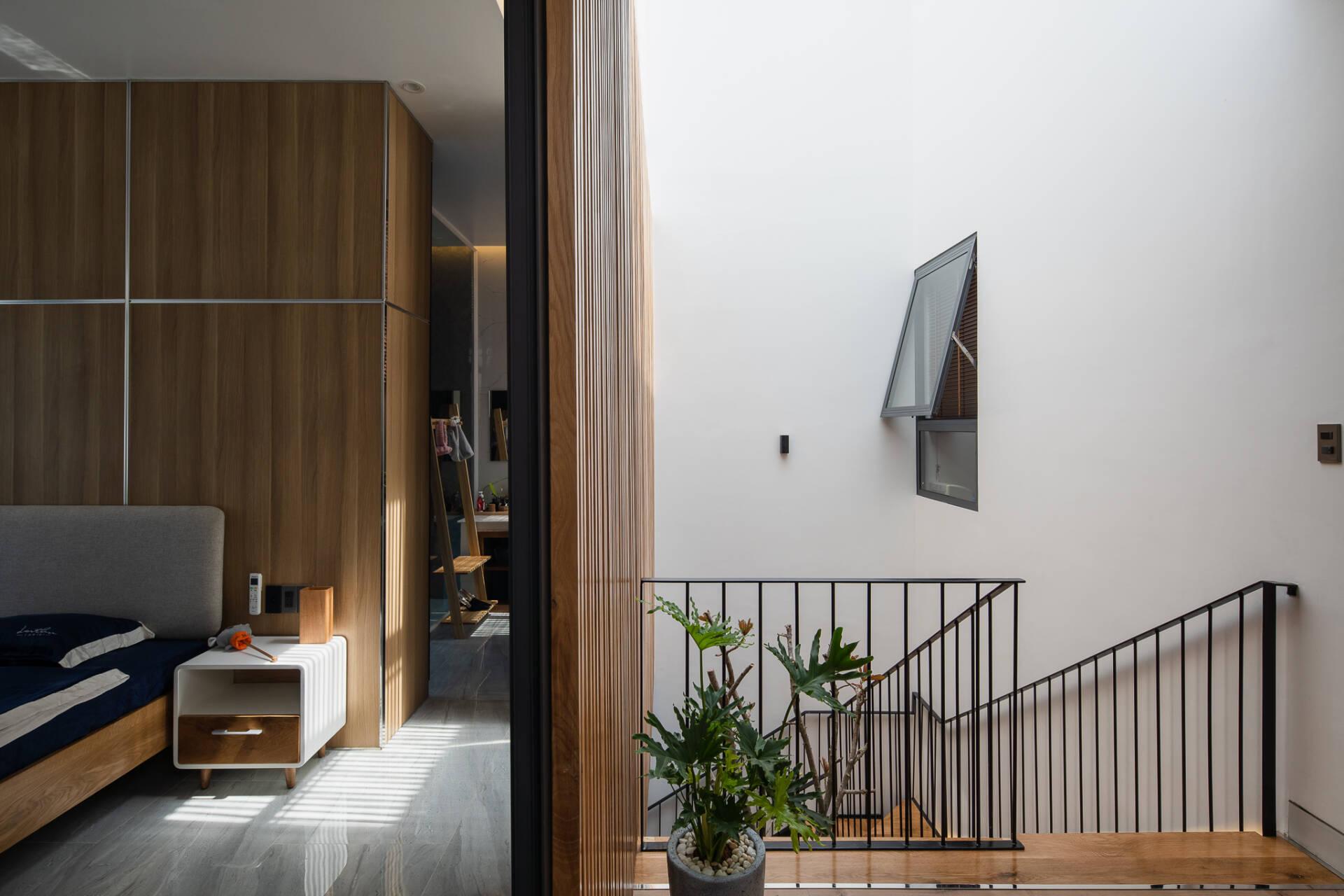 Nhờ việc mạnh dạn thay đổi thiết kế cũ, các phòng ngủ mới đều có hướng nhìn ngập tràn ánh sáng và đón nhận được luồng khí mát mẻ