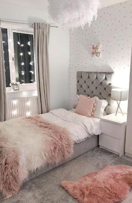 Ý tưởng decor phòng ngủ nhỏ với cách bố trí thảm trải sàn và thảm trang trí bằng lông thú. Tường được dán giấy màu sắc nhẹ nhàng, hệ thống đèn dây thả được thiết kế dọc theo cửa sổ, mang đến sức sống và sự cân bằng ánh sáng nghệ thuật cho căn phòng nhỏ.