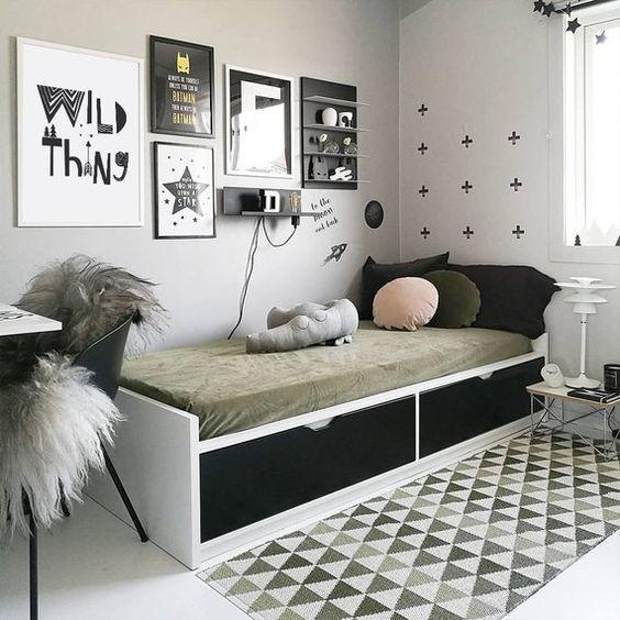 Decor với sự đối lập của tông màu đen và màu trắng, tranh treo tường đen trắng, giấy dán tường họa tiết đơn giản, thảm trải sàn họa tiết tam giác đan xem tạo cảm hứng khá thú vị. Giường thông minh tích hợp ngăn kéo, đảm bảo chức năng sử dụng, tiết kiệm không gian.