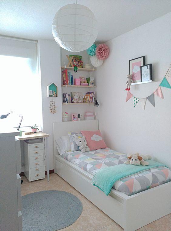 Ý tưởng decor phòng ngủ nhỏ với tông màu sáng, sự kết hợp của màu trắng, hồng xanh nhạt và kệ sách treo đầu giường, bàn học đơn giản ngay cạnh cửa sổ, đủ để sử dụng khi có nhu cầu. Không gian phòng ngủ tràn ngập hương sắc, sự tươi mới.