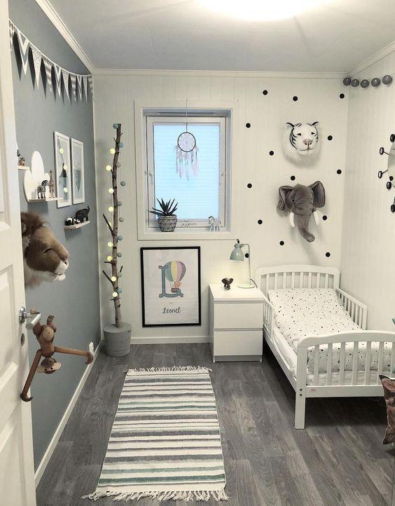 Phòng ngủ cho bé gái được decor theo cách đơn giản, các chi tiết trang trí như tranh treo tường, đèn thả dây theo mô hình cây, sự xuất hiện của những mặt thú bông mô phỏng thế giới động vật. Đem lại một thế giới tràn ngập sức sống và sự tưởng tượng cho sự phát triển của bé.
