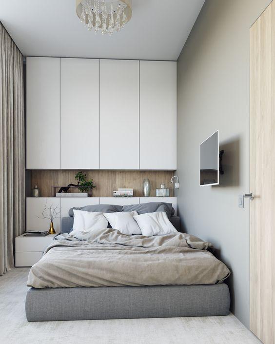 Nếu bạn muốn có một chiếc giường lớn thoải mái hơn trong phòng ngủ nhỏ, thì hãy thử cách trang trí theo ý tưởng của căn phòng này xem sao nhé. Đầu giường sẽ thiết kế tích hợp tab đầu giường và kệ để đồ trang trí cơ bản. Phía trên đầu giường, không gian được tận dụng thiết kế tủ quần áo cao sát trần, vừa tạo nên sự mới lạ, vừa giúp căn phòng thêm thoáng đãng và mới mẻ hơn.