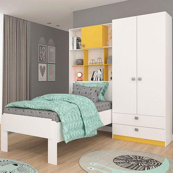 Thiết kế thông minh và gói gọn, tủ quần áo nhỏ, kết hợp với giường có tích hợp giá sách đầu giường là cách làm thông minh để có thể đảm bảo các chức năng sử dụng cho phòng ngủ nhỏ. Tông màu tươi sáng và sự xuất hiện của những tấm thảm tròn nhỏ, tạo nên những cảm xúc khá tuyệt vời khi có mặt ở căn phòng này.