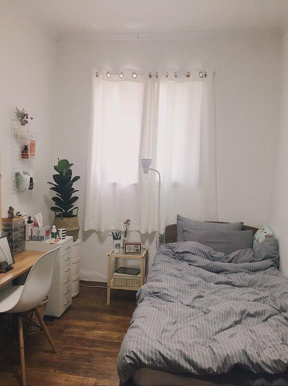 Sử dụng bàn làm việc nhỏ kê sát tường, tủ cá nhân chưa nhiều ngăn kéo sẽ là cách tăng không gian lưu trữ khoa học cho phòng ngủ nhỏ. Giường ngủ nhỏ nên chọn kiều đệm mềm mại, độ dày vừa phải, drap trải giường họa tiết đơn giản sẽ tạo nên điểm thu hút mới cho căn phòng.