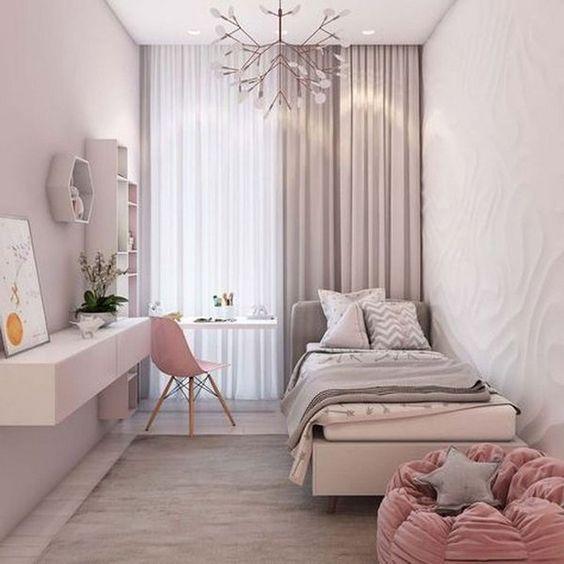 Kiến trúc sư decor phòng ngủ nhỏ ấn tượng bằng cách sử dụng đèn chùm dạng hoa, kiểu dáng đơn giản nhưng thanh thoát. Bàn làm việc thiết kế treo ngay cạnh cửa kính, vừa đảm bảo sự thông thoáng, vừa giúp không gian thêm phần cân đối.
