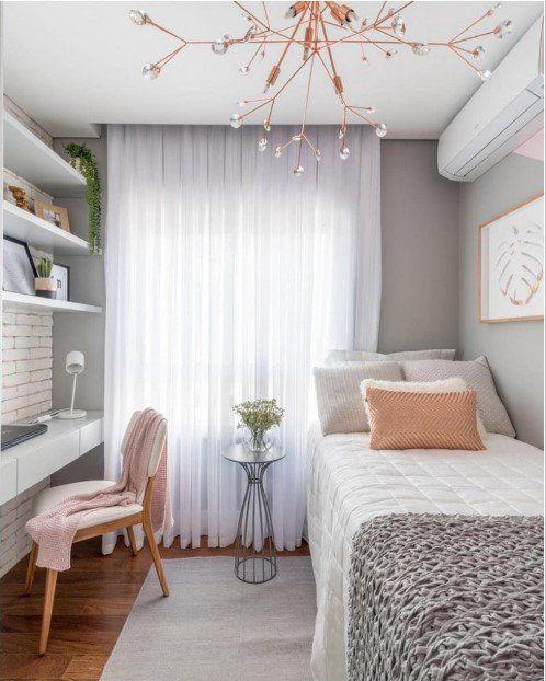 Tận dụng và khai thác ý tưởng thiết kế nội thất phòng ngủ theo không gian chiều dọc của căn phòng, Giường thiết kế song song với bàn học, kệ treo tường chạy dọc khoảng tường đem lại sự mạch lạc cho căn phòng. Sự xuất hiện của rèm mỏng trắng đem lại sự thướt tha, mềm mại cho không gian nhỏ.