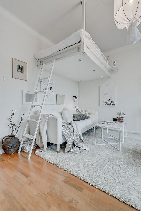 Không gian thoáng và rộng với tông màu trắng sáng, giường thiết kế kiểu gác xép cao đem đến những cảm giác mới mẻ và thú vị hơn cho căn phòng. Nếu bạn yêu thích sự tinh nghịch thì bạn hoàn toàn có thể sử dụng mẫu decor này xem nhé.