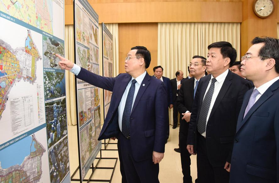 Bí thư Thành ủy Hà Nội Vương Đình Huệ cùng các đại biểu xem đồ án quy hoạch