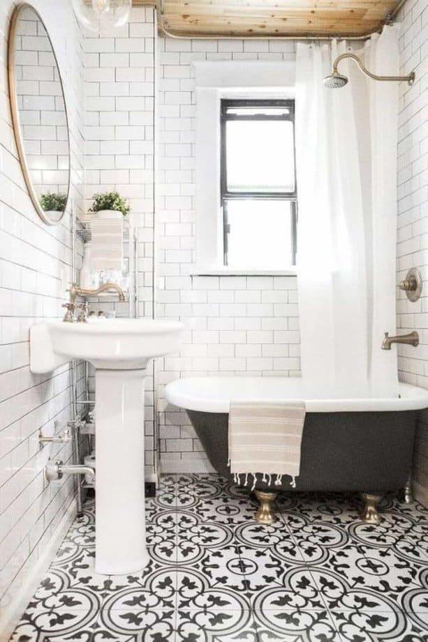 Phòng tắm nhỏ này lấy điểm nhấn là hai màu đen và trắng. Sử dụng gạch men có hoa văn và bồn tắm màu đen trông nó thật bắt mắt.