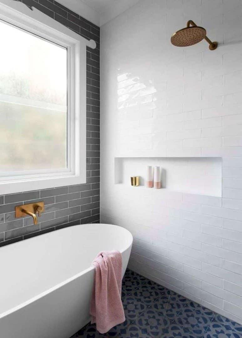 Bạn có thể bài trí vòi hoa sen và bồn tắm gần nhau, ưu tiên không gian tắm để đạt được sự thư giãn tốt nhất