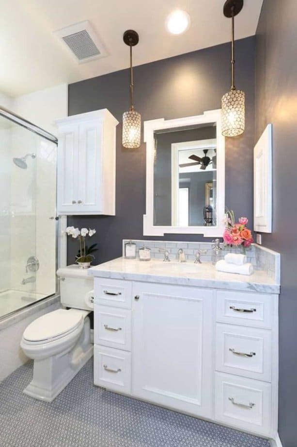 Đừng quên đến phần ánh sáng trong phòng bạn nhé. Bạn có thể dùng nó làm điểm nhấn khiến phòng tắm nhỏ trông sang trọng hơn.