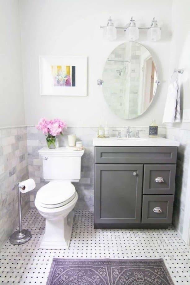 Dùng một chiếc tủ nhỏ, gạch nền hoa văn và thêm phụ kiện khác như hoa và tranh treo tường, phòng tắm của bạn trông đã tươi mát hơn rồ