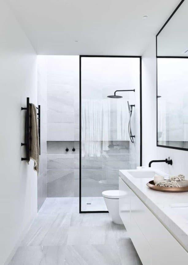 Sử dụng một số thiết bị đơn giản, không quá nhiều màu giúp phòng tắm nhỏ trông sang trọng hơn