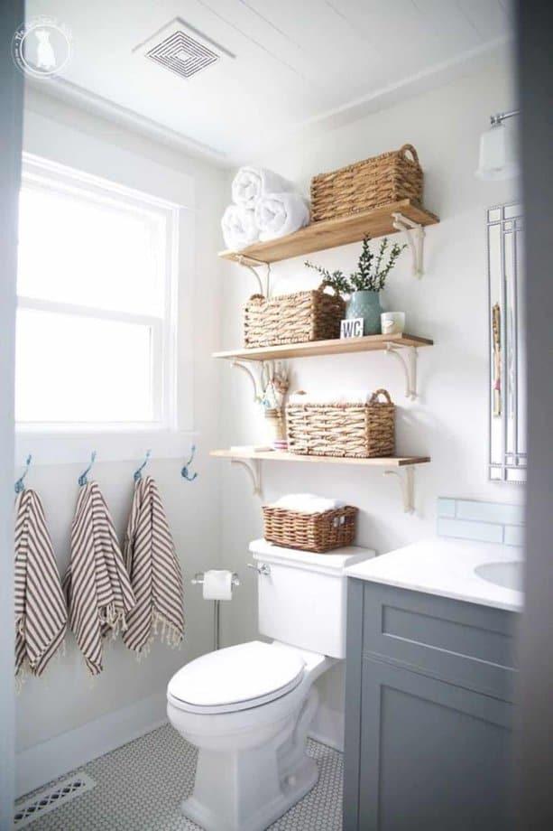 Với một số móc treo và giỏ mây phòng tắm của bạn tăng công năng lên nhiều, đặc biệt là kệ làm bằng gỗ chính là điểm nhấn trông rất đáng yêu