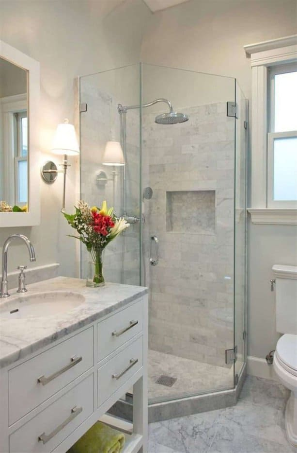 Đá cẩm thạch luôn rất hợp với phòng tắm kể cả với phòng tắm nhỏ. Lát đá nền, bàn đá, kể cả phần tắm đứng trông đồng bộ và sang trọng.