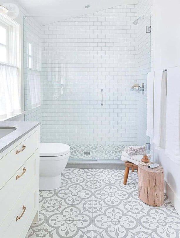 Phong cách màu trắng của vòi hoa sen làm phòng tắm của bạn trông thật đặc biệt. Gạch men có hoa văn làm nổi bật vẻ đẹp của phòng tắm nhỏ này.