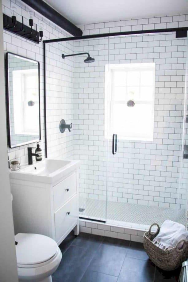 Sử dụng gạch nổi là một phương án rất hay giúp phòng tắm của bạn có phong cách và diện mạo rất mới. Bạn cũng có thể thêm các điểm nhấn màu đen xung quanh phòng.