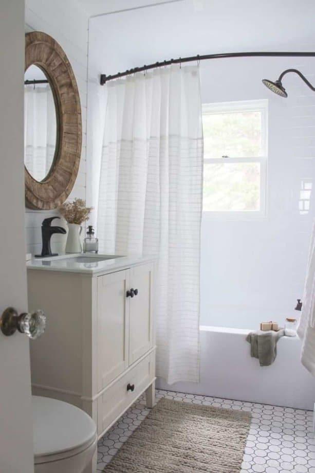 Sử dụng gương, tủ gỗ và rèm tắm đơn giản, bạn sẽ có được một phong cách homestay cho phòng tắm nhỏ