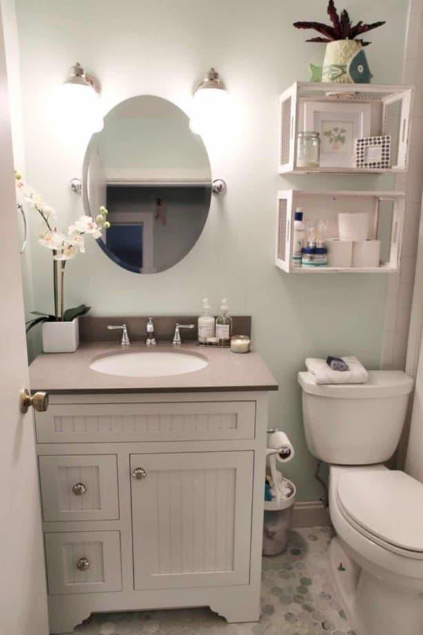 Bạn có thể thay đổi không gian bằng cách dùng kệ gương nổi, gương tròn, tủ gỗ và những lọ hoa tươi mát