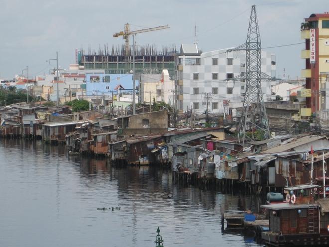 TP HCM còn hàng chục ngàn căn nhà siêu mỏng, siêu méo khi thực hiện mở rộng đường ven sông, rạch