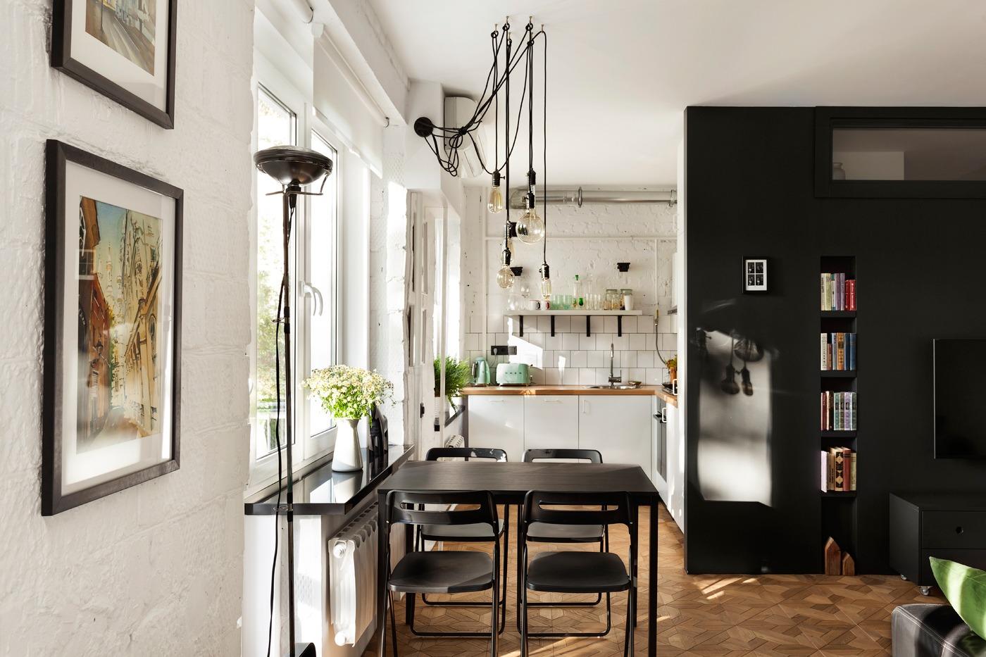 nhà bếp cho thấy các thiết bị tuyệt đẹp lấy cảm hứng từ cổ điển của Smeg. Hệ thống đèn chiếu sáng công nghiệp cũng thích sự hồi sinh cổ xưa - những sợi dây có khả năng nhìn thấy rõ thu hút sự chú ý ngay lập tức, trong khi bóng đèn Edison cung cấp ánh sáng dịu nhẹ không lấn át các giác quan.