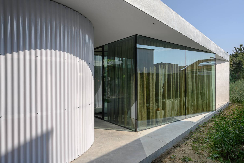 Hình học và chất liệu được sử dụng đa dạng trong thiết kế của Villa Fifty - Fifty