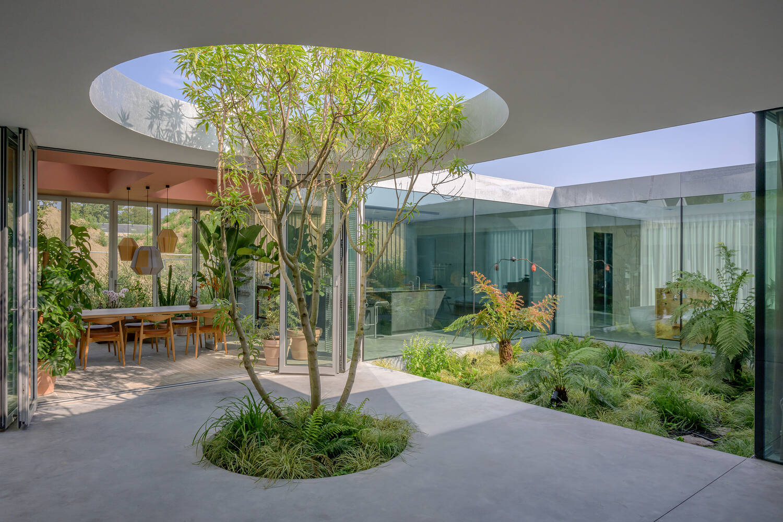Trung tâm của ngôi nhà là khoảng thông tầng hình tròn ấn tượng
