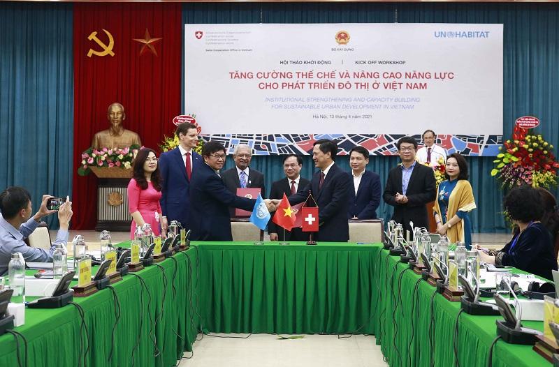 Giám đốc Học viện AMC Trần Hữu Hà (bên phải) ký cam kết của 2 bên triển khai Dự án ISCB với đại diện UN-Habitat tại Việt Nam
