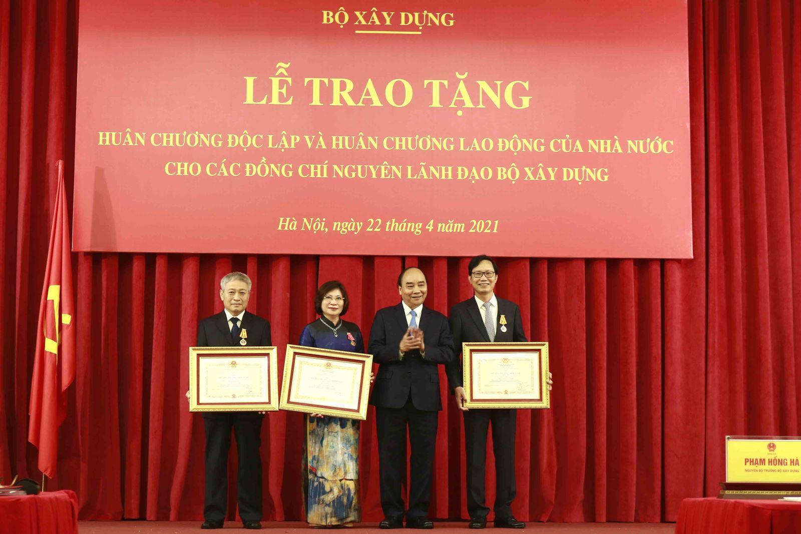 Chủ tịch nước Nguyễn Xuân Phúc trao Huân chương Độc lập hạng Ba, Huân chương Lao động hạng Nhất cho các đồng chí nguyên lãnh đạo Bộ Xây dựng