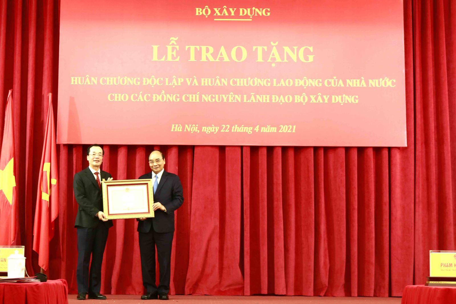Chủ tịch nước Nguyễn Xuân Phúc trao Huân chương Độc lập hạng Nhì cho đồng chí Phạm Hồng Hà, nguyên Bộ trưởng Bộ Xây dựng