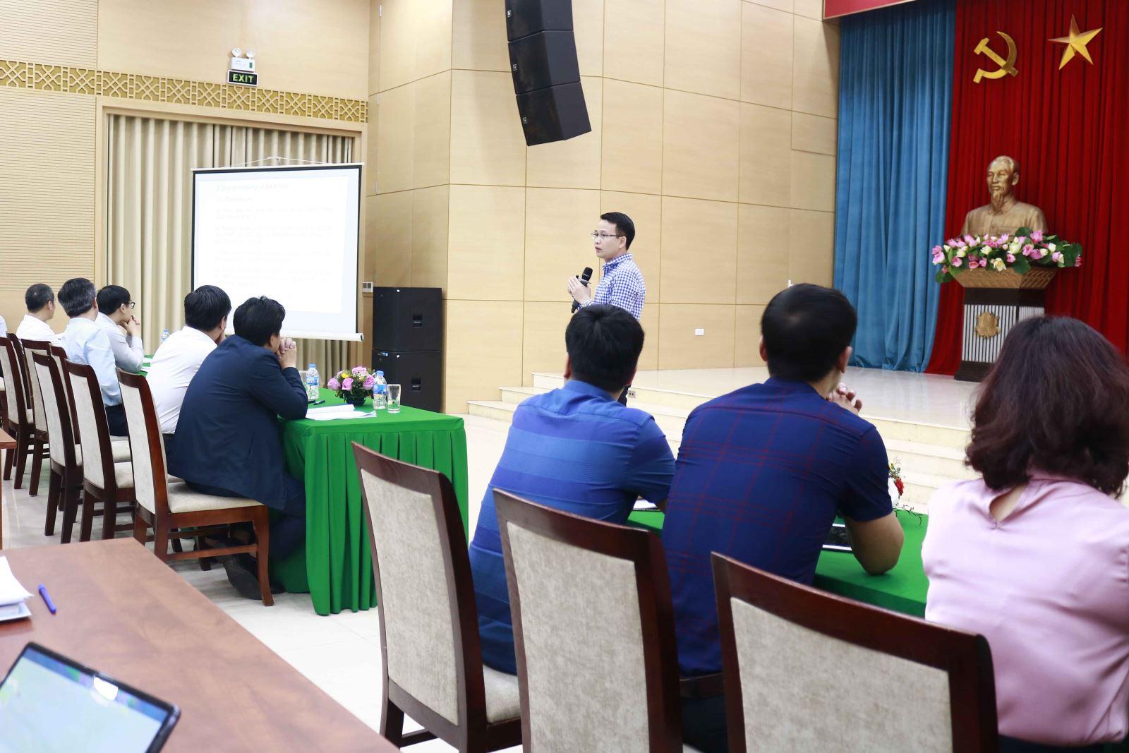 Phó Cục trưởng Cục Quản lý Hoạt động xây dựng Bùi Văn Dưỡng giới thiệu các nội dung cơ bản của Nghị định 15/2021/NĐ-CP tại hội nghị