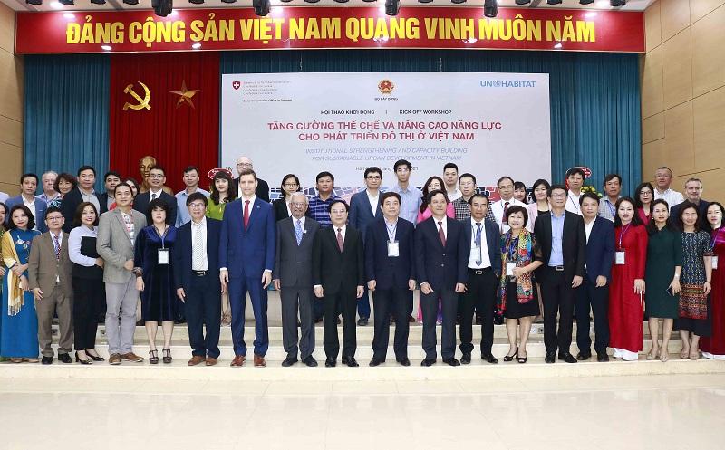 Thứ trưởng Nguyễn Văn Sinh chụp ảnh lưu niệm với các chuyên gia, đại biểu dự hội thảo