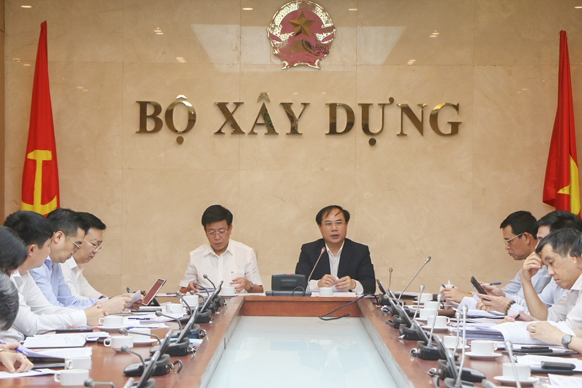 Thứ trưởng Bộ Xây dựng Nguyễn Văn Sinh chủ trì cuộc họp