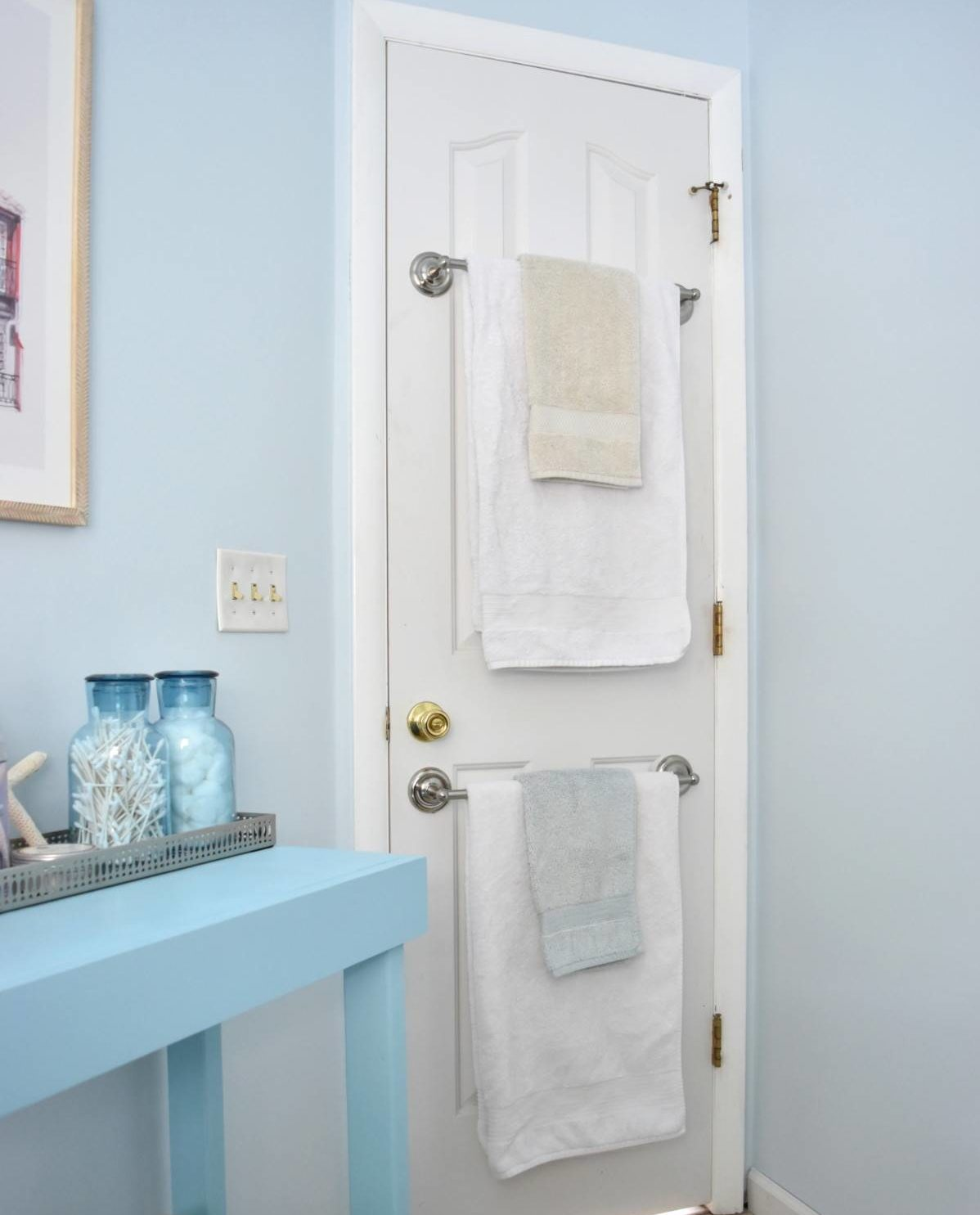 Thanh trên cửa sử dụng ít không gian nhất có thể và dễ dàng phù hợp trong một phòng tắm sang trọng