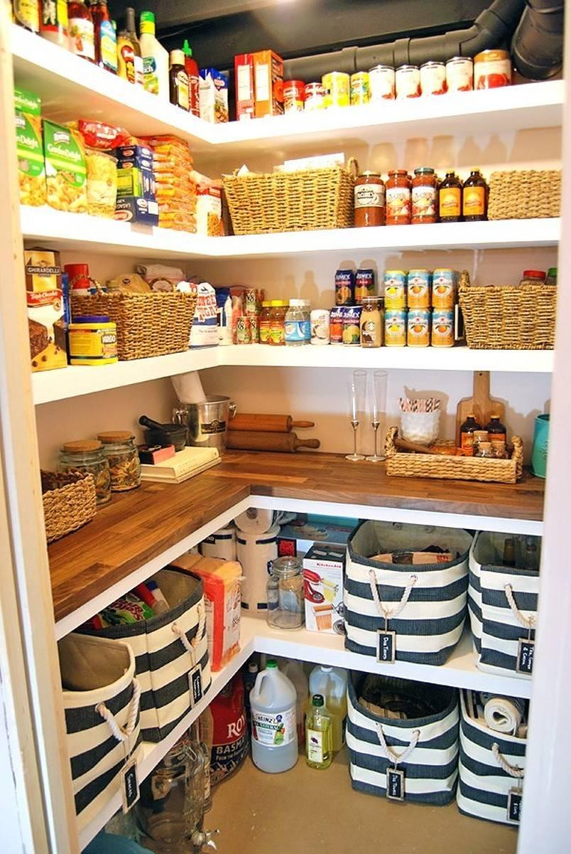 Thêm mặt bàn gỗ trên tủ bếp giúp mở rộng không gian làm việc trong khi vẫn giữ được diện tích rộng rãi để lưu trữ