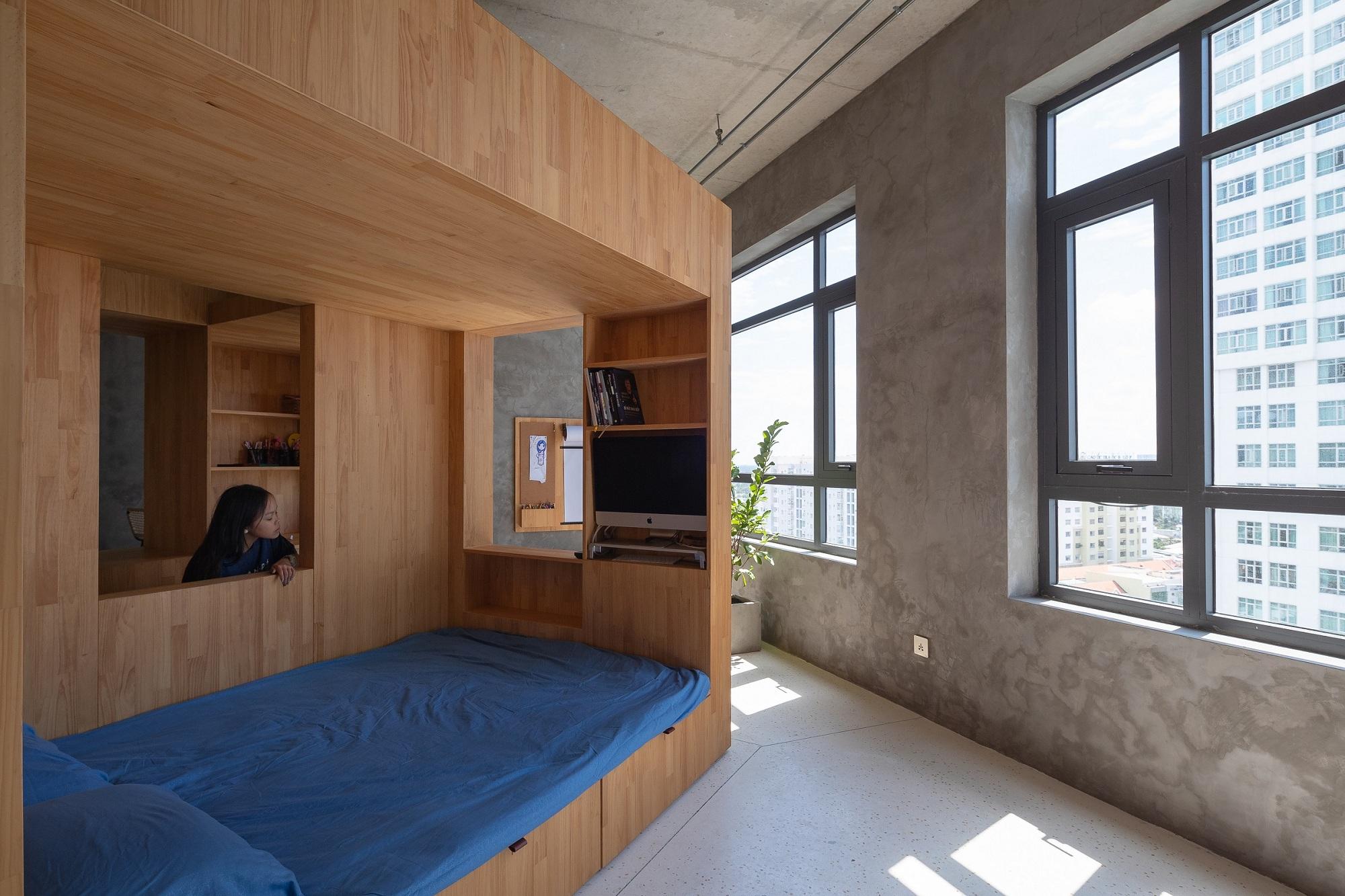 Khối hộp gỗ được bố trí giường, tủ kệ