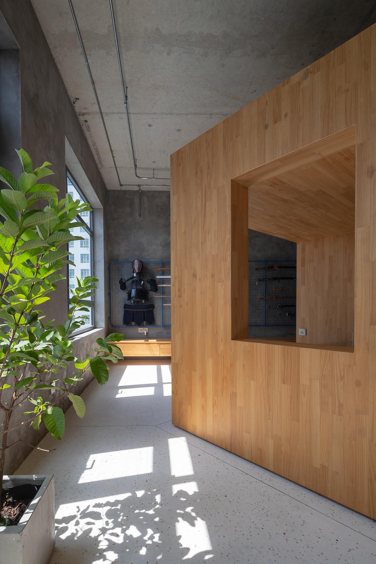 Chiếc hộp xoay một góc 45 độ để tạo ra những góc mở rộng. Mọi vị trí xung quanh nó đều có thể dùng làm chỗ thư giãn, vui chơi.
