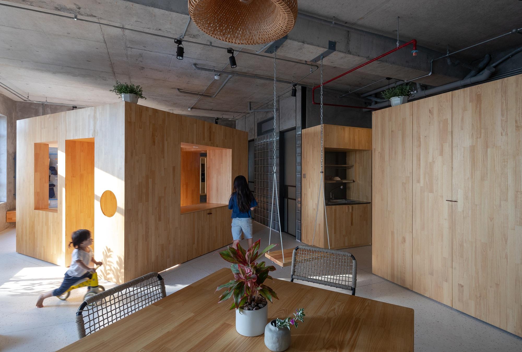 Điểm nhấn của công trình là khối hộp gỗ ở trung tâm nhà.