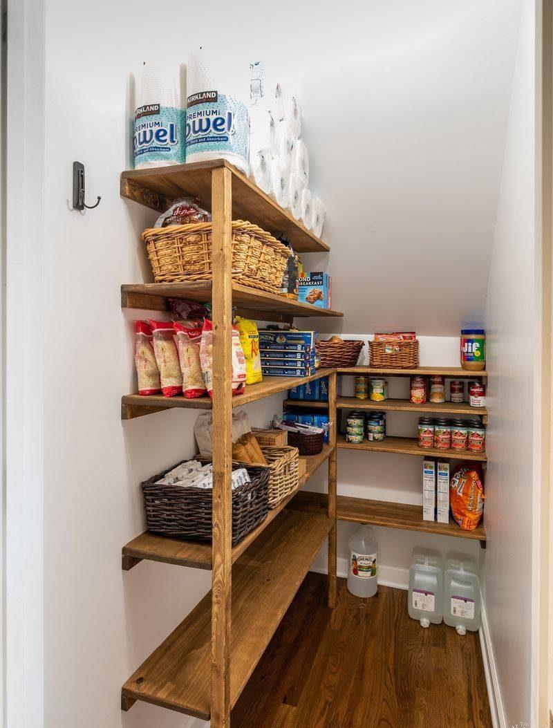 đơn giản và cổ điển với kệ đựng thức ăn bằng gỗ