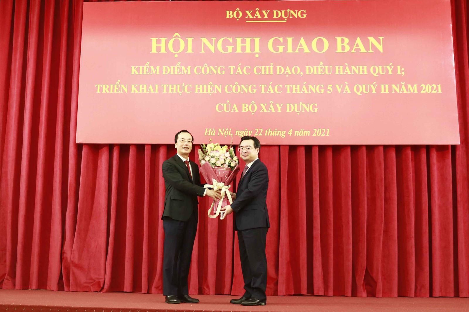 Bộ trưởng Nguyễn Thanh Nghị tặng hoa tri ân nguyên Bộ trưởng Phạm Hồng Hà