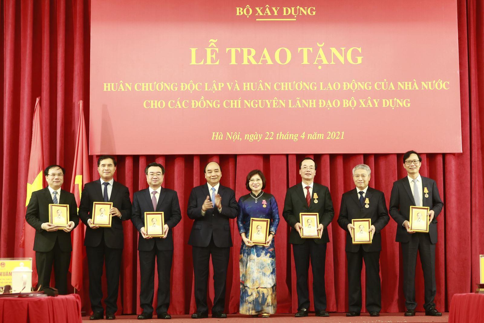 Chủ tịch nước Nguyễn Xuân Phúc tặng quà lưu niệm cho các đồng chí lãnh đạo, nguyên lãnh đạo Bộ Xây dựng