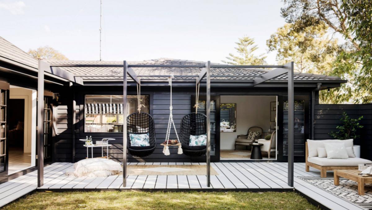 Xích đu và bàn cũng được thiết kế dạng xích đu là điểm nhấn thú vị cho không gian ngoài trời trong ngôi nhà của bạn