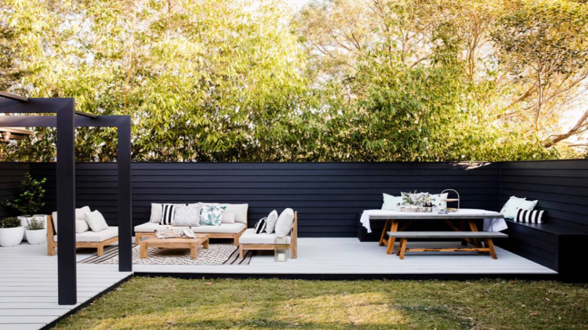 Bạn hoàn toàn có thể sử dụng chất liệu gỗ ngoài trời, chịu được nước và nhiêt độ nóng lạnh để biến vườn thành không gian ngoài trời thư giãn của cả gia đình