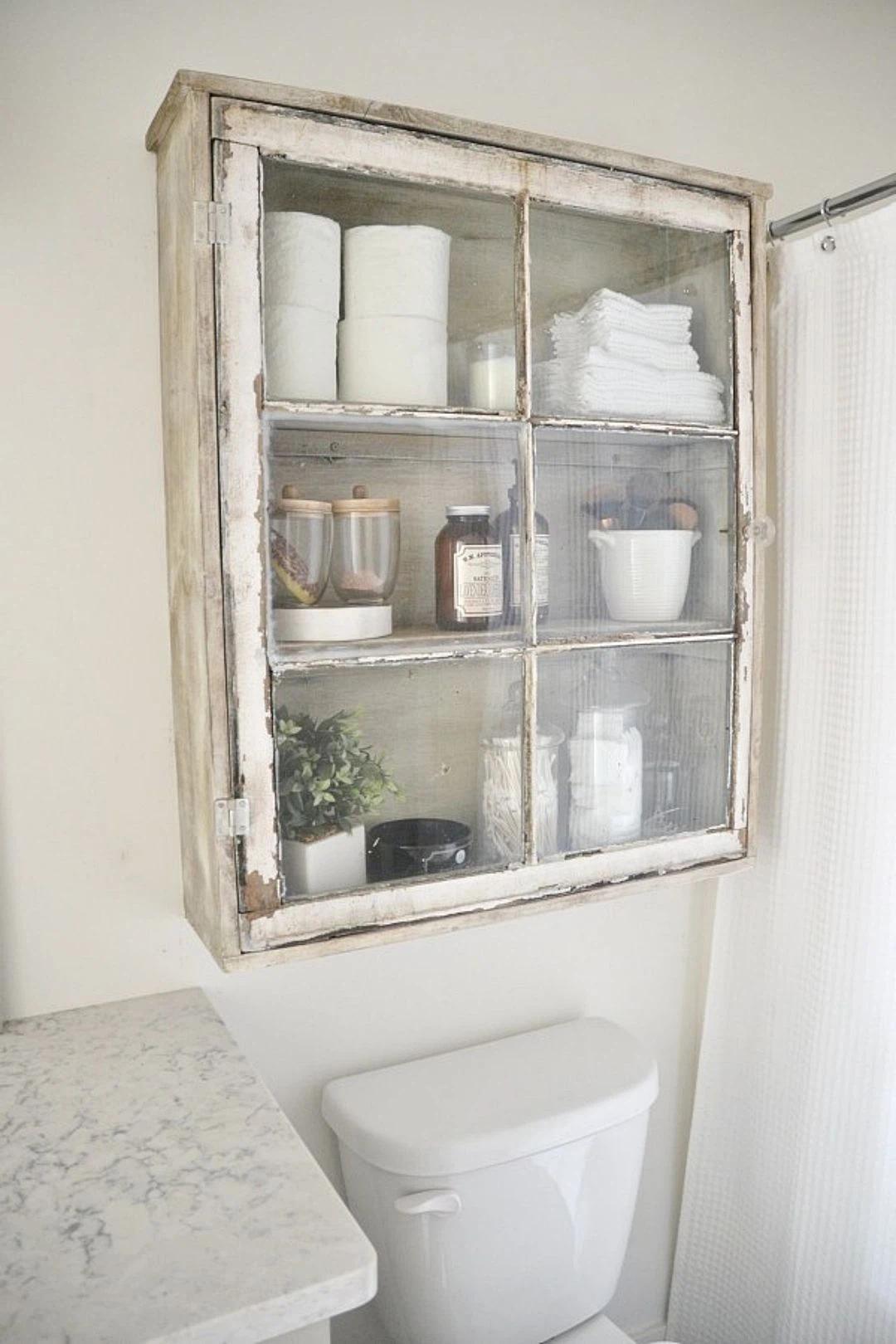 Chiếc tủ đơn giản mang phong cách rustic là một bổ sung tuyệt vời cho trang trí phòng tắm.